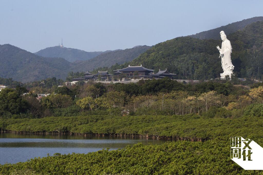 慈山寺是一座巍峨的望海觀音,純白如雲。