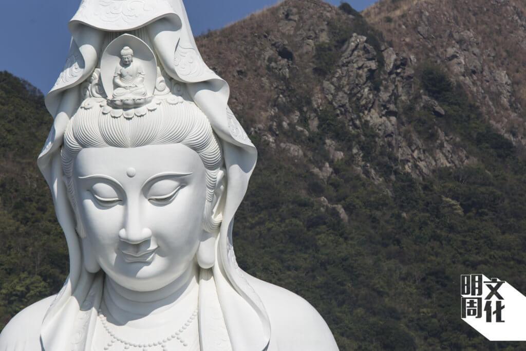慈山寺的青銅觀音像,造型採唐式,面相渾圓而略長, 隆鼻直通額際,神情莊重凝靜。