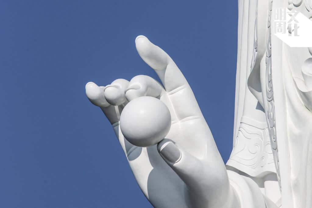 觀音手持珍珠的姿態甚輕盈優雅,原來這顆珍珠重達四噸,可想像整個觀音像組裝過程難度甚高。