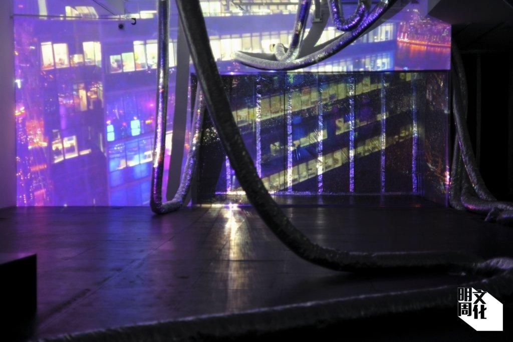 在《不宜呼吸》展場裏,各份裝置作品互相輔相成,《迷惑的光》與《吼》交錯創造出一個失衡的空間。