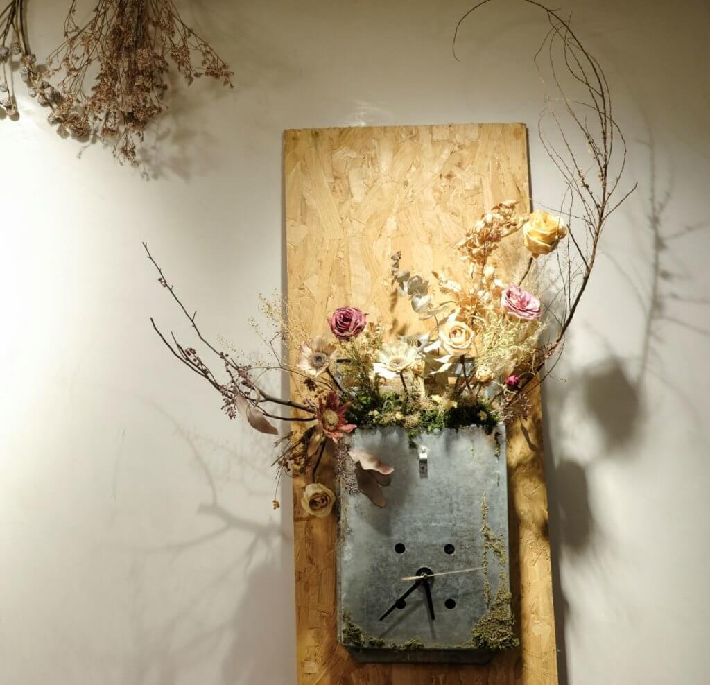 Hidy於2019年DesignInspire 的參展作品「封存」,是一個用白鐵信箱盛載着乾花的藝術裝置。