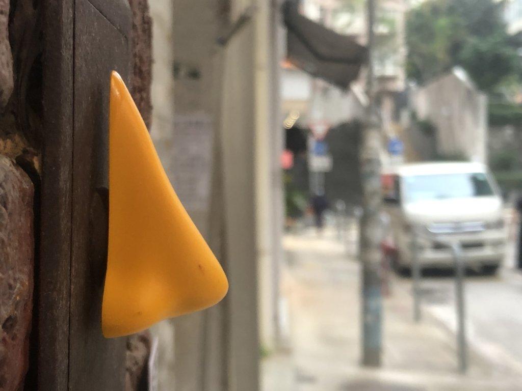畫廊附近的店舖及公共空間黏有一個個黃色鼻子。