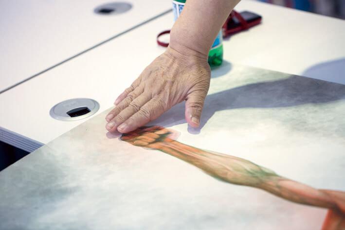阮大勇創作上以富有急才聞名,新作原本將小龍的手 畫短了,他加以修補,令觀賞者產生一種李小龍在揮 拳的錯覺。