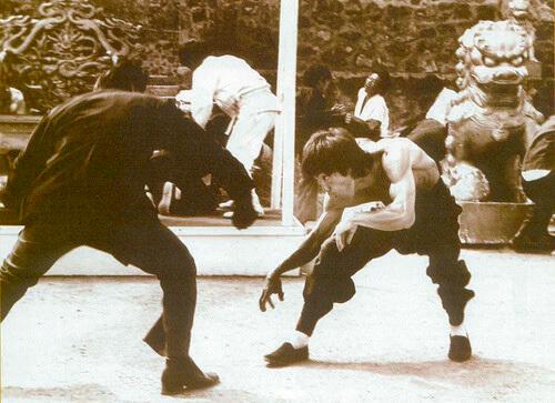 阮大勇近年愛畫李小龍招牌動作之外的神情, 他依着李小龍在《龍爭虎鬥》扮猿的畫面, 強調手臂上的青筋,令畫作更添「龍味」。