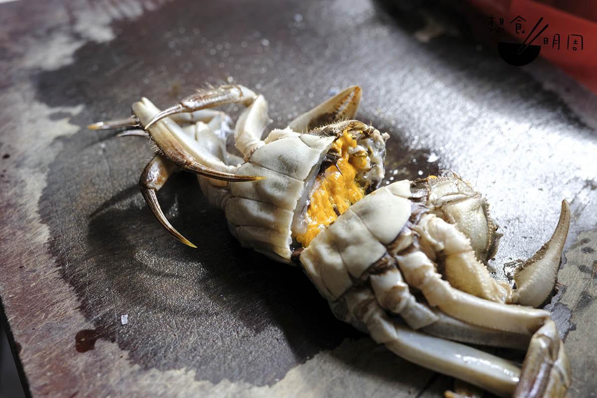 「九圓十尖」。湯太偏好用上的雌蟹,在農曆九月時最為當造。她習慣在南貨店購買鮮活的蟹,為家人烹調最美味的麵拖蟹。