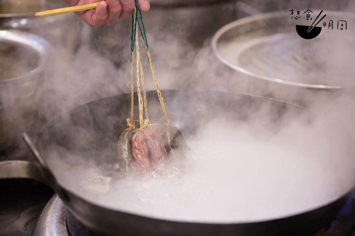 水滾後,即放入腸烚熟。視乎火力,膶腸一般烚七至八分鐘;臘腸則烚約十五分鐘。