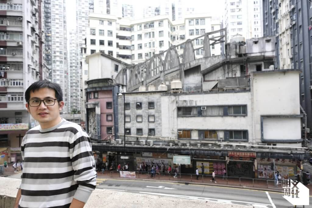 「活現香港」創辦人陳智遠,自二○一六年投身保育皇都的民間倡議,漸漸皇都成為其生命中最重要的一幢建築物,但他笑言,除了今次,從未好好和皇都合照。