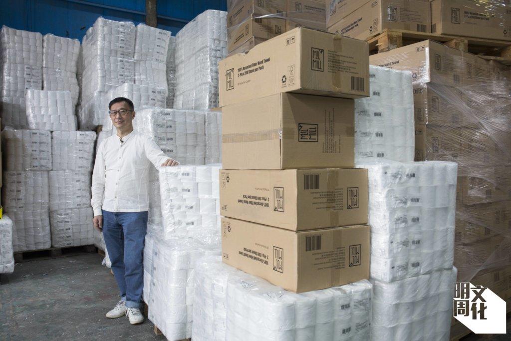 """葉文琪(Harold Yip)。在他的卡片上,一面印着他是資訊機密處理有限公司的聯合創辦人及執行董事,另一面是喵坊Mil Mill的商標,也寫着""""Less Waste, Clean Recycle."""""""