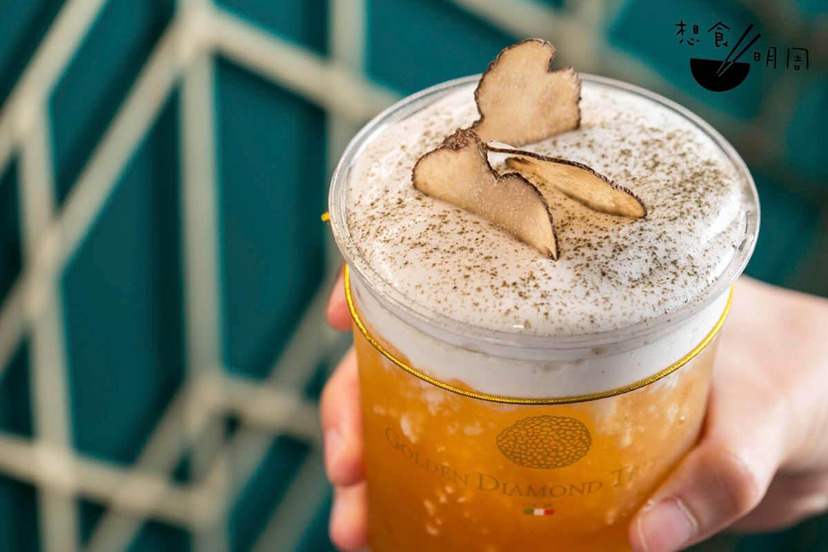 松露奶蓋熱悄果南非國寶茶//有冷有熱。素奶蓋用燕麥奶、黑松露醬、植物忌廉等攪拌而成,配搭同南非國寶茶及熱情果果汁調成的茶底,香氣紛陳,頗有層次($60)