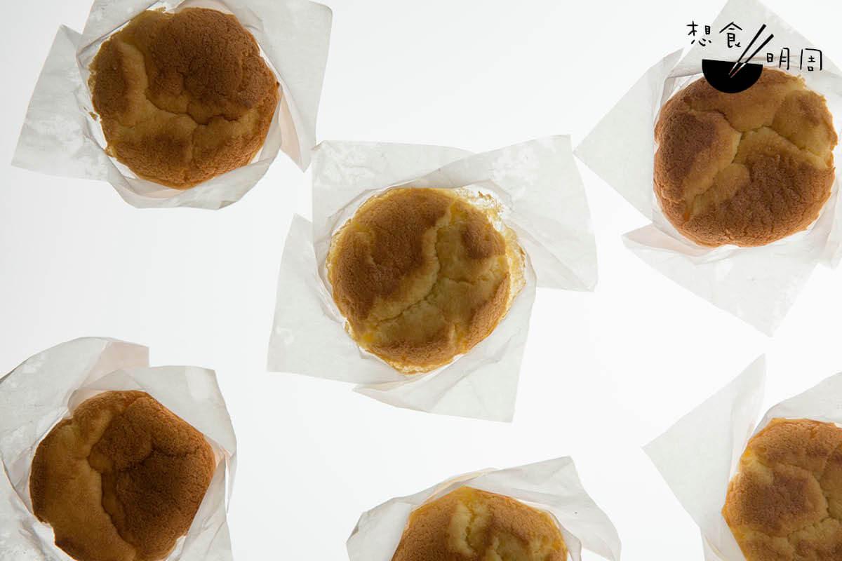 紙包蛋糕//港式餅店的標誌性蛋糕款式。吃來輕盈鬆軟,對胃納負擔不大,剛好解嘴饞。($5.5/個)