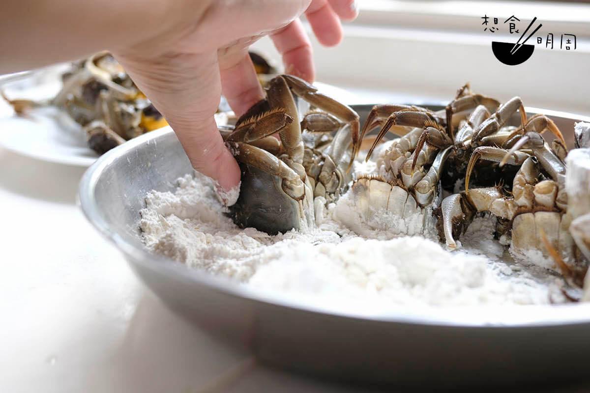 麵拖蟹的「拖」字,指的是用蟹件沾上麵粉漿的動作。