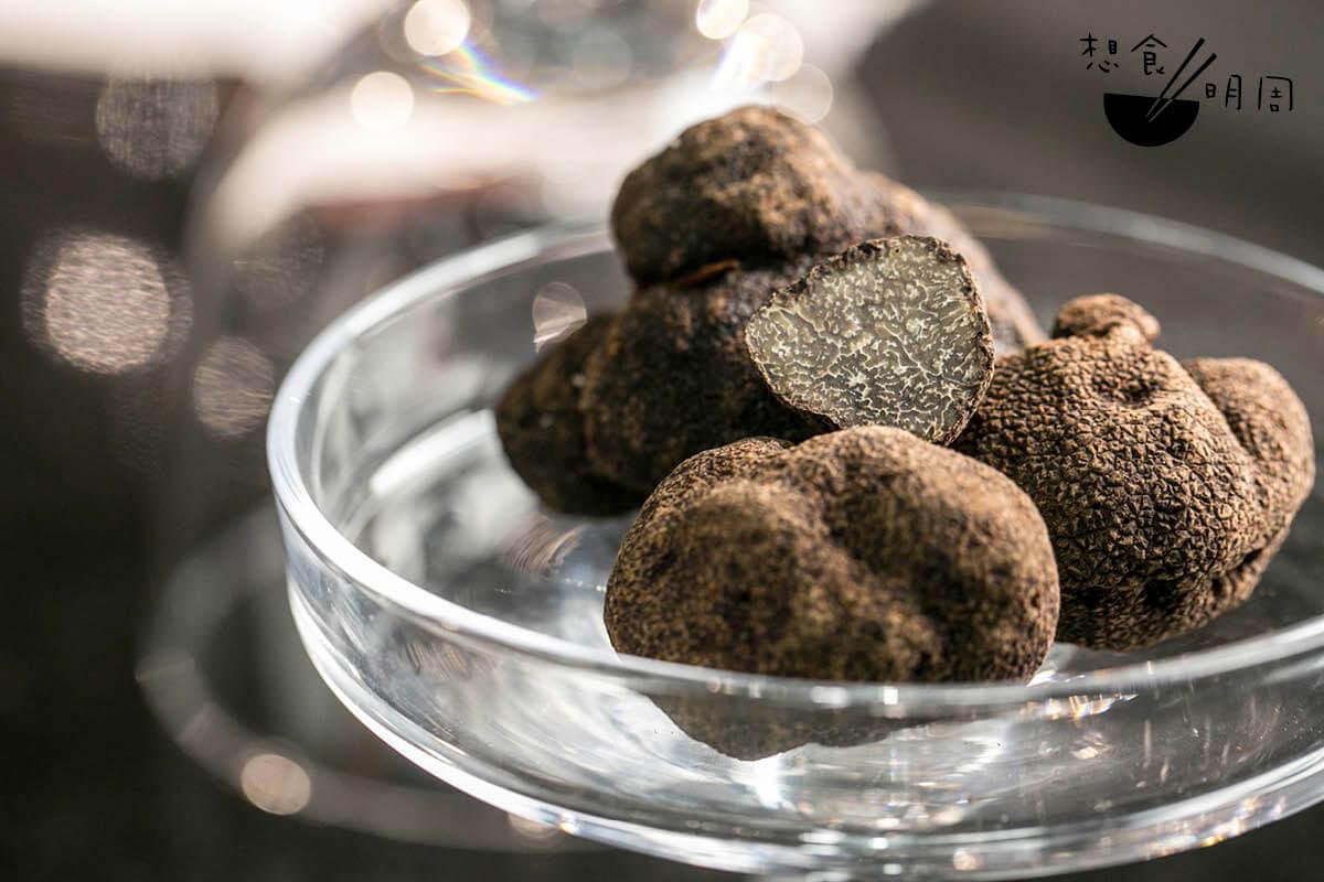 現時店內用的是來自意大利翁布里亞(Umbria)新鮮原粒黑松露,並將按照不同季節而更換款式。