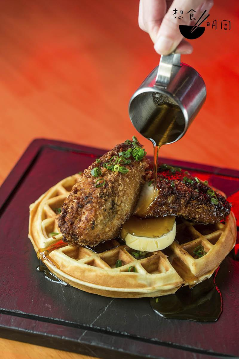 Chicken & Waffle//參考經典美式吃法,在窩夫上加上Buttermilk炸雞、楓糖漿及自家製Peri Peri牛油。個人認為更勝原著。($150)