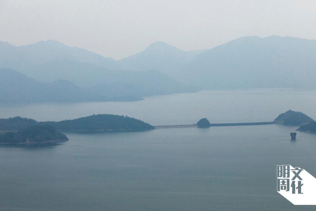 船灣淡水湖後面,是色調深淺不同的山景。