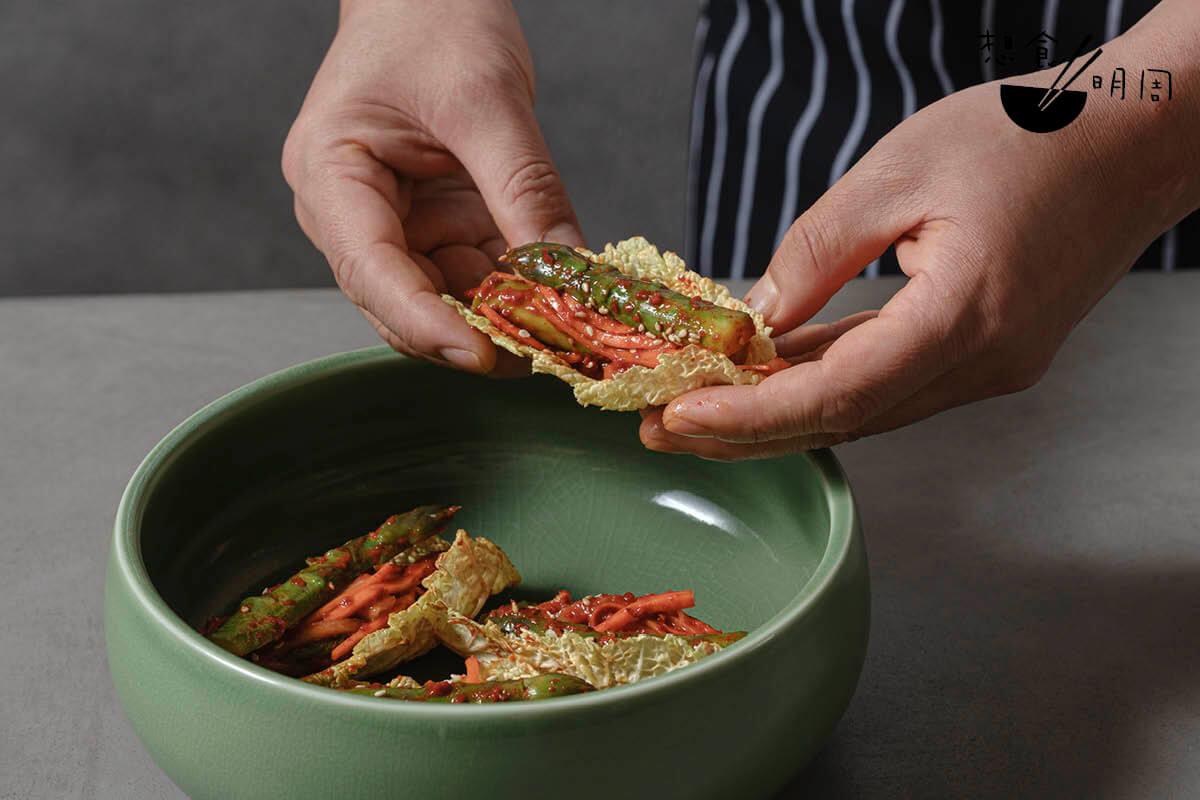 蘆筍泡菜//本地蘆筍即叫即醃,配紅、白蘿蔔條及白菜片吃,是一道清爽可口的開胃前菜。(待定)