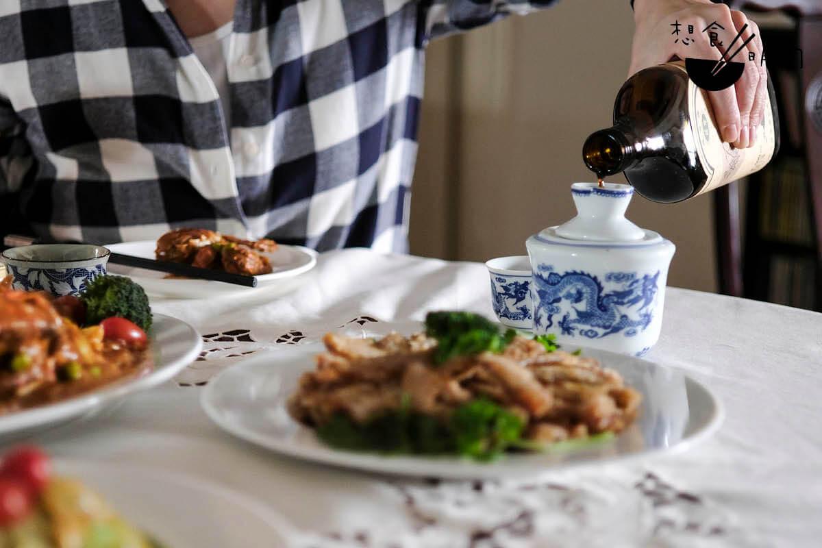 麵拖蟹是一道餐前菜,上海人多愛配一壺暖黃酒喝。