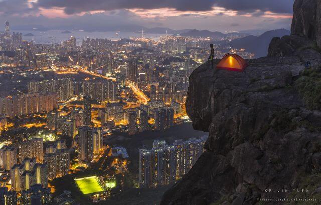 Kelvin在飛鵝山拍攝的這張照片,以城市的高樓及山崖上的營幕作對比,為他贏得2015國家地理攝影大賽冠軍。