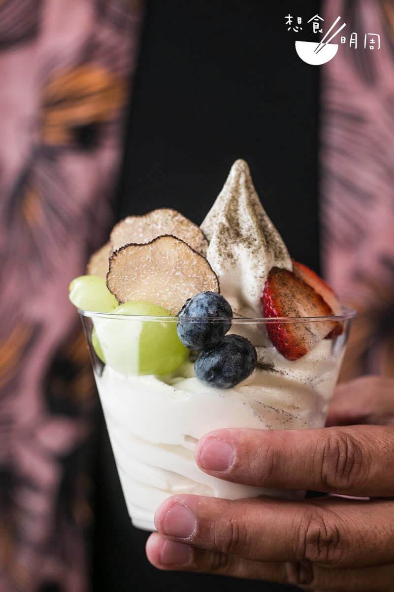 時令水果松露雪糕//用日本北海道3.6牛奶製成,並配搭黑松露片,以及香印提子、士多啤梨、藍莓等酸酸甜甜的水果。($75)