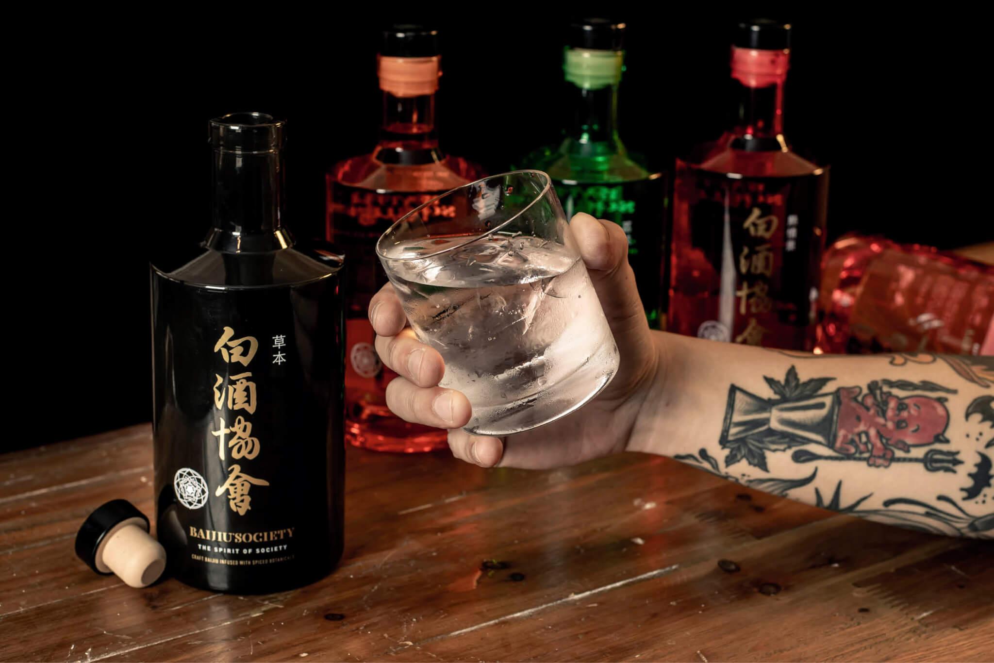 由英國人創立的白酒協會推出一系列白酒再造酒,酒精濃度40%,以花果香為主。(每枝$590/700毫升)