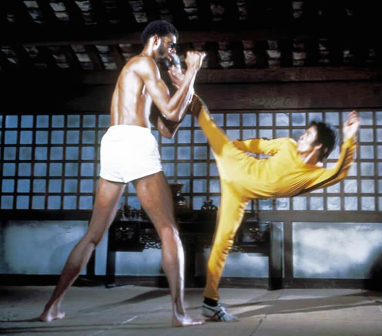 """《死亡的遊戲》開拍前讓記者影相時,李小龍穿的是 藍白色的 """"Tiger""""波鞋。"""