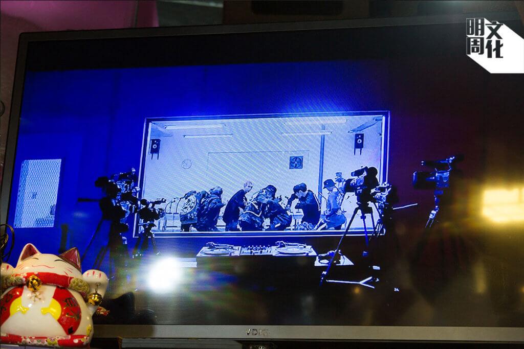店內的電視,一直在放防彈的歌。