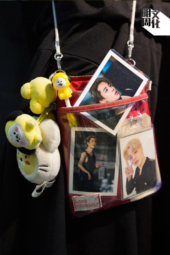 Kary背著的小紅袋,是BTS同款袋子,裡面裝起了BT21公仔和明星相。