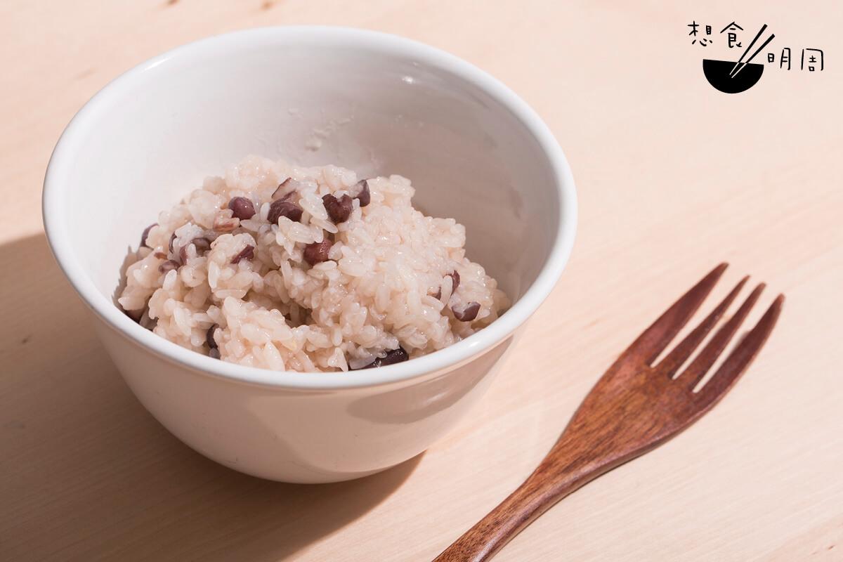 尾西紅豆飯($37)// 尾西食品公司由1935年開始已經研究乾燥食物,它所研發出「起初之米」更被用在災難食物、宇宙食物、山岳食品等,只需加入熱水便能變成米飯。這種即食米飯有多種口味,例如竹筍飯、松茸菇飯、蕃茄雞肉飯等。