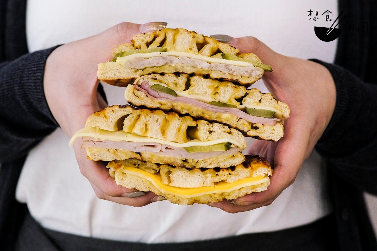 「帕尼尼芝士卷」是招牌玉桂卷的變奏,內裏夾上不同餡料,猶如一個小漢堡!