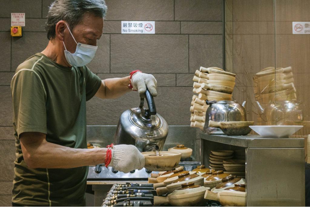 每晚售出百五煲!元朗煲仔飯王「鯊魚基」炮製  香脆黃金飯焦配自家秘製芫荽豉油