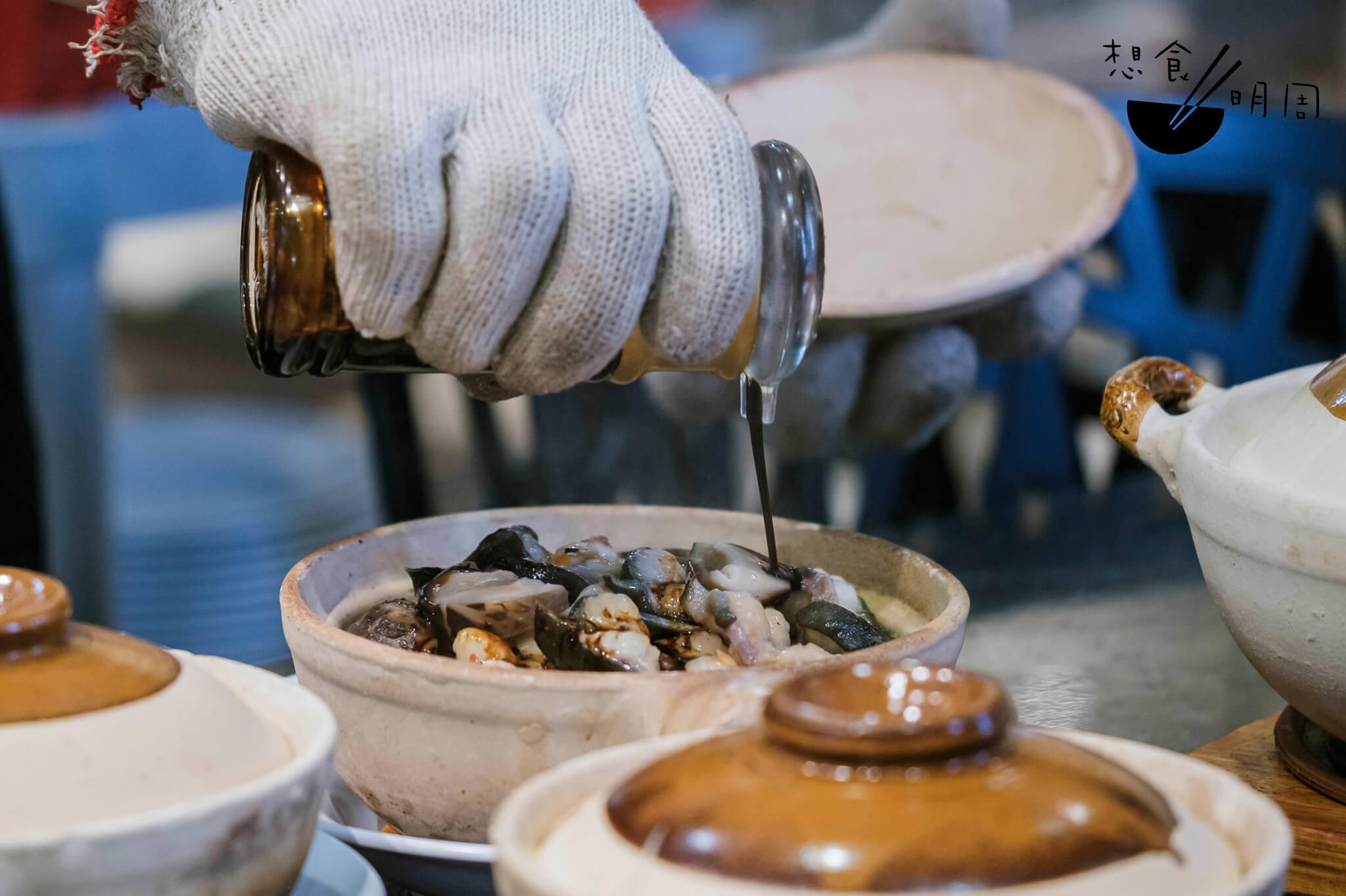 自家製煲仔飯芫荽豉油,其實不帶荽味,卻更甜口。