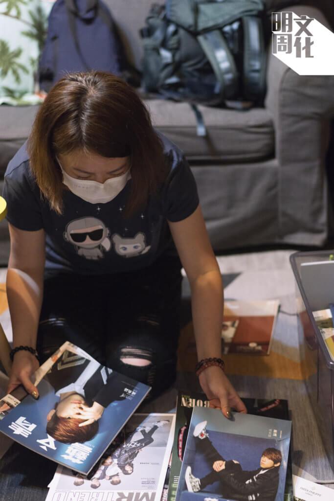 阿Yee搬出一大個膠箱,裏面收藏了幾十本以姜濤做封面的雜誌,多得不知該挑哪本拍攝。