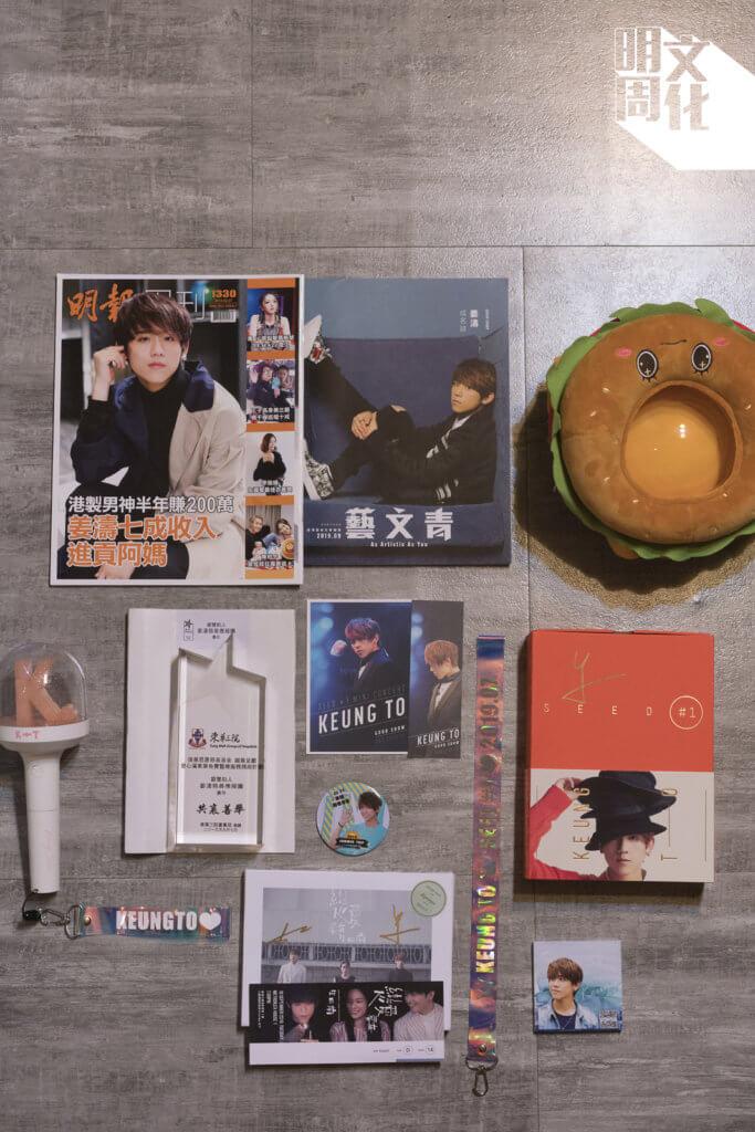 阿Yee興奮地展示出姜濤演唱會手燈、唱片、雜誌封面、掛帶、公仔等珍藏,這裏當然只是其冰山一角。