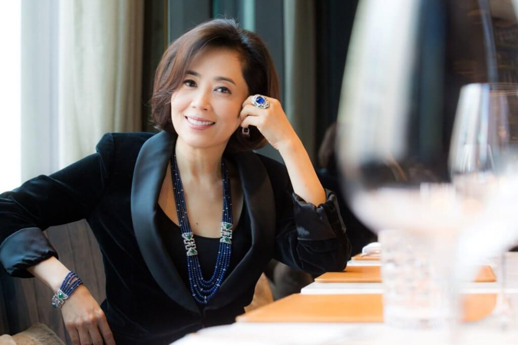 楊諾思兼任Nuò by Cindy Yeung創意總監,給作品賦予不少創作靈感,此「典藏」系列藍寶石、綠寶石及鑽石珠寶套裝,啟發自宮庭噴泉,以深淺不一的藍寶石串聯成波光粼粼的池水,意境幽美。