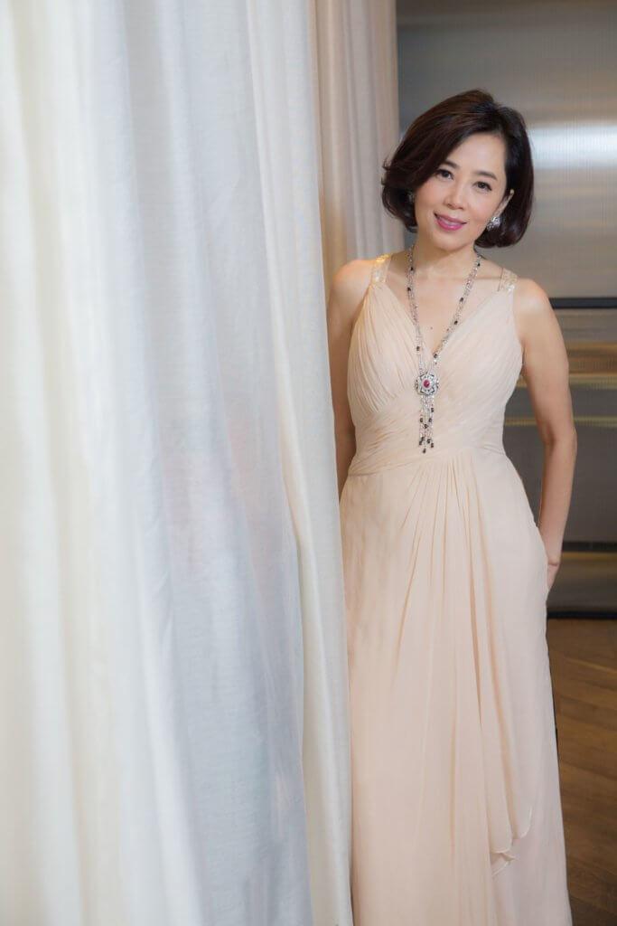 Cindy身上的「睿念」系列珠寶作品,造型設計模仿和諧對稱的中國涼亭建築,以白色鑽石及黑玉髓鑲嵌於對稱框架上,連接兩邊珠串,並以紅寶石為主石突顯莊重、大器之美。