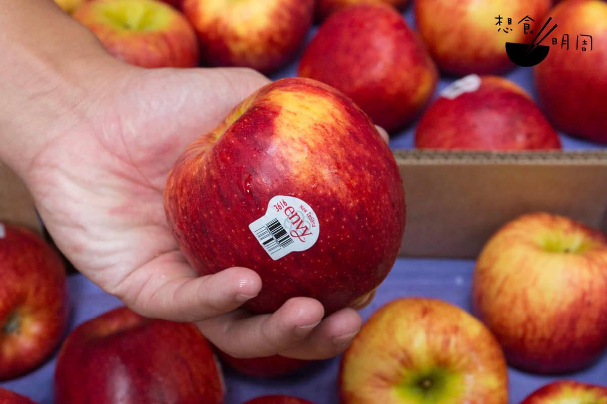 艾菲蘋果(Envy)果皮鮮紅、肉質爽脆有嚼勁,被譽為蘋果界的「紅寶石」,是最受港人歡迎的新西蘭蘋。