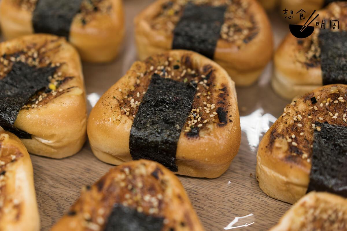 鹽燒三文魚飯糰麵包($17)//外形像日本三角飯糰的麵包,是頗有趣的。