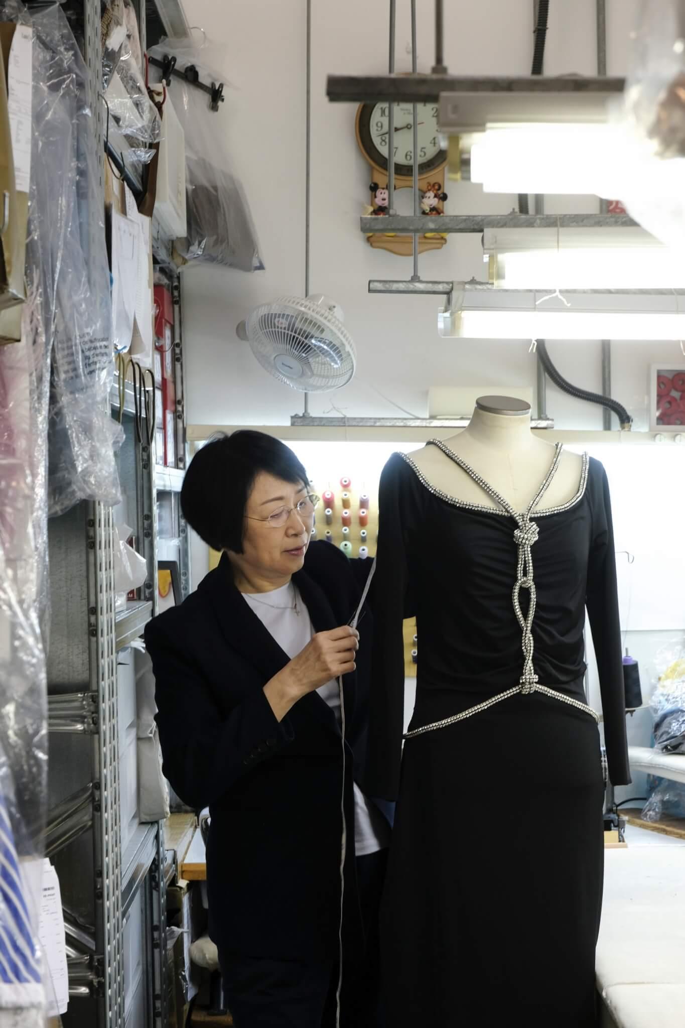 於九十年代加入連卡佛擔任裁縫一職至今已逾二十年,見證香港上流時裝的轉變和遷移;唯一不變的,是她精湛的縫紉、改衣技術,任何款式的服裝經過林師傅的巧手,皆能成為獨一無二的tailor-made服裝,深得熟客信任。