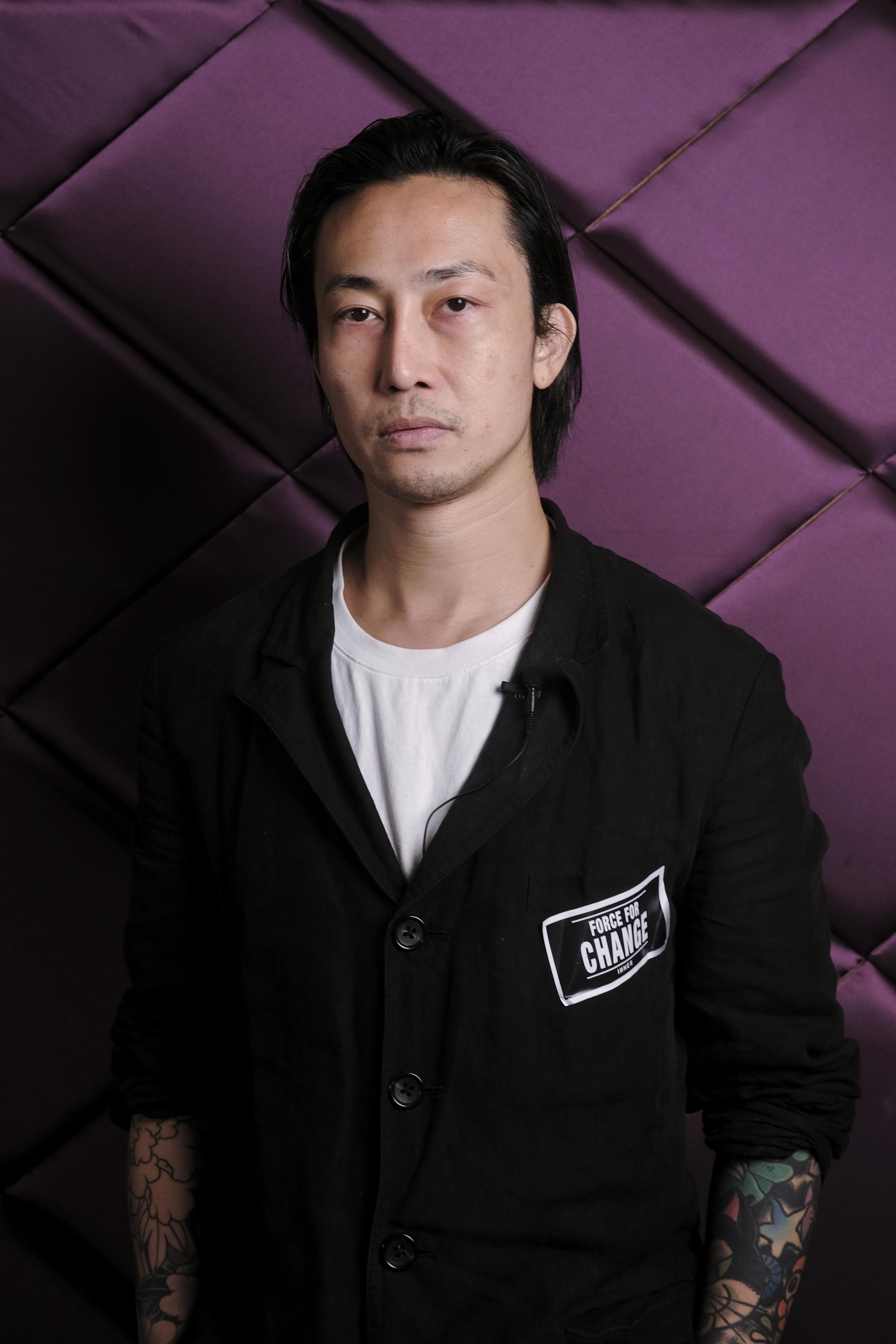 評審Lawrence Chan是一位資深髮型師,於業內工作二十二年,現職Queen's Private-i Salon,曾為陳慧琳、韓國時尚達人Irene Kim、國際超模Coco Rocha等設計髮型。