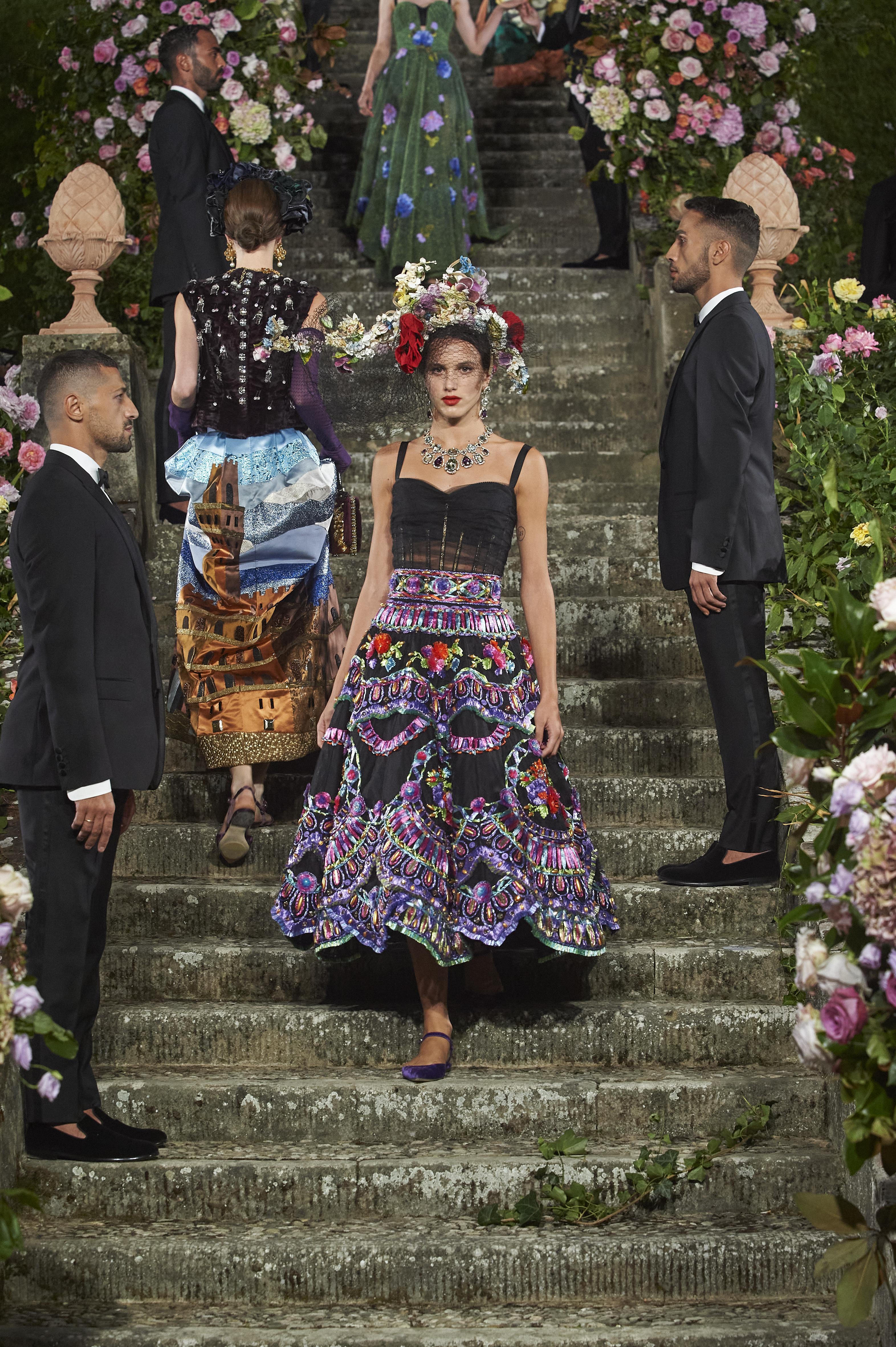 時裝展包含了由Dolce&Gabbana兩位創辦人打造的精采設計,以及多位當地工匠大師的作品。