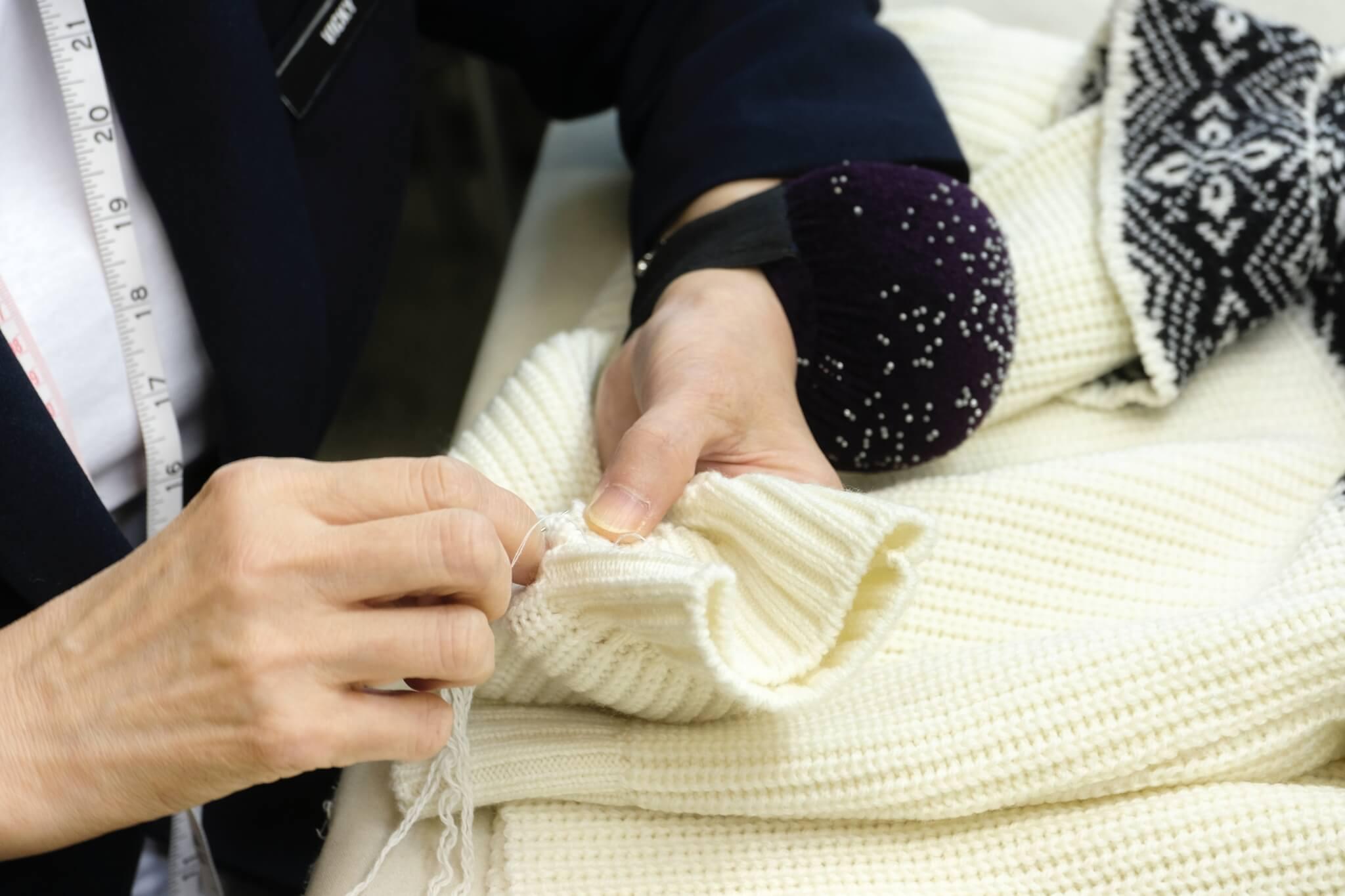 訪問期間林師傅即席示範,拿起剪刀和毛冷為毛衣改短袖子,不一會便完成了。