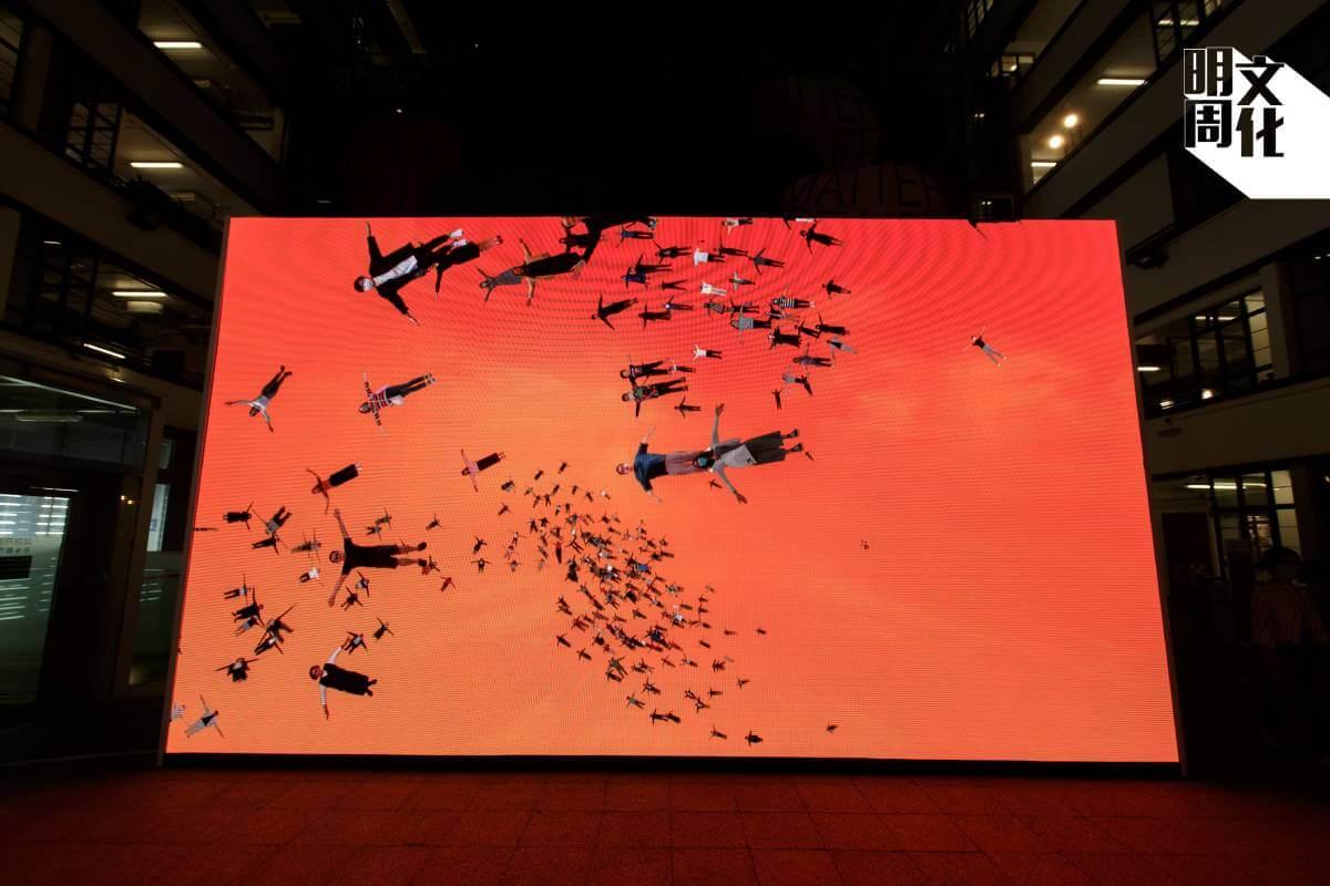 日本創意工作室Whatever Inc. 的作品《FLOCK》,觀察可於展覽現場或網上上載照片,與其他人一起在虛擬天空共聚飛翔。