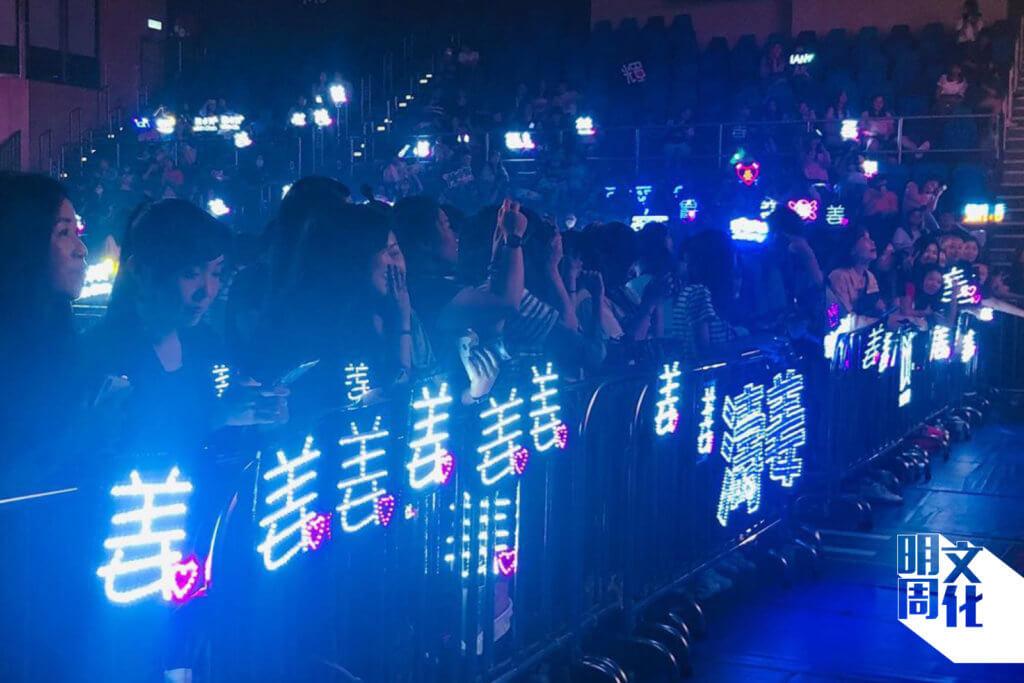 去年十二月,MIRROR參演旺角麥花臣會《LAZY DAYZ》慈善音樂節,阿Yee在第一行近距離看姜濤演出,與其他姜糖一起展現一片「姜燈海」。