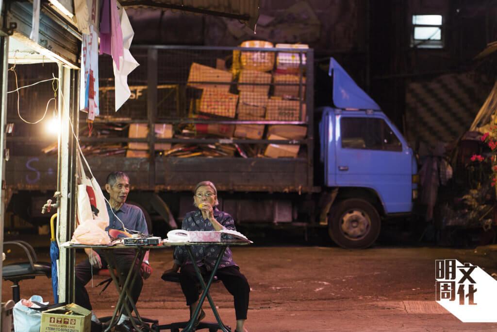 賽鴿店清場前,梁老先生和太太日夜留守。