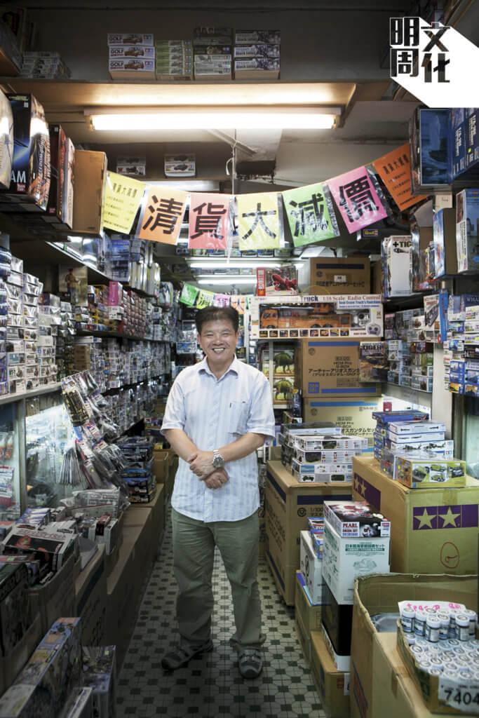 偉利老闆陳建忠說, 自從市建局着手重建步伐,他的店就沒有好日子過。見到街坊進進出出,關心他們,感到很欣慰。