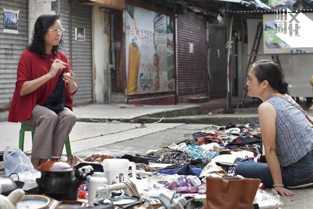 May姐(左一)與陳太(右一),周末二手攤,出錢出力。