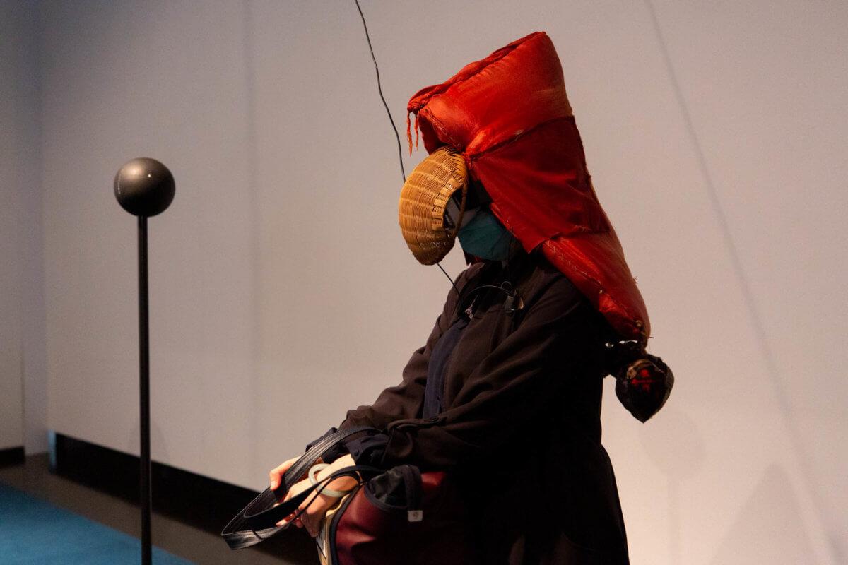 《逆風而行》是發生於日本福島的輻射禁區內的集體創作。展場內的VR裝置,紀錄了由一個福島家庭與藝術家毒山凡太郎合作製造,每一個細節包含了這三代家庭的現實經歷、對未來的看法及思想。