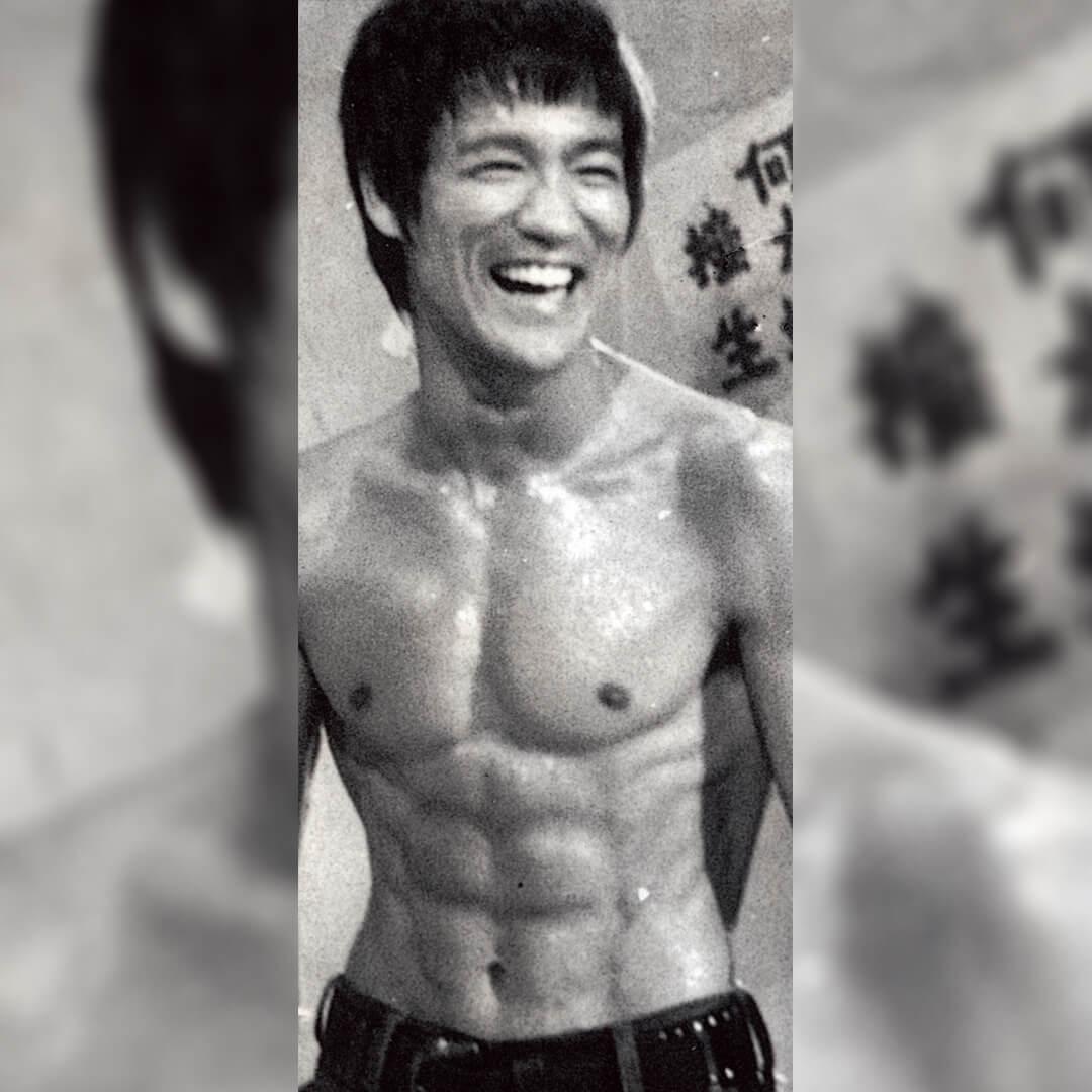 李小龍為了強而有力地出拳, 針對背和雙臂做大量力量訓 練;而為了能抵受正面攻擊, 致力強化胸腹肌肉;而因為要 能快速敏捷、強而有力地飛踢 前後左右的對手,但同時又具 有強穩的下樁,當他整理了一 整套身體訓練,令他的身體線 條比例,達至達芬奇推崇的黃 金比例標準:「美感完全建立 在各部分之間神聖比例的關係 上,各特徵必須同時作用,才 能產生使觀眾往往如醉如癡的 和諧比例。」他的訓練亦從此 改變了健身史的審美走向。