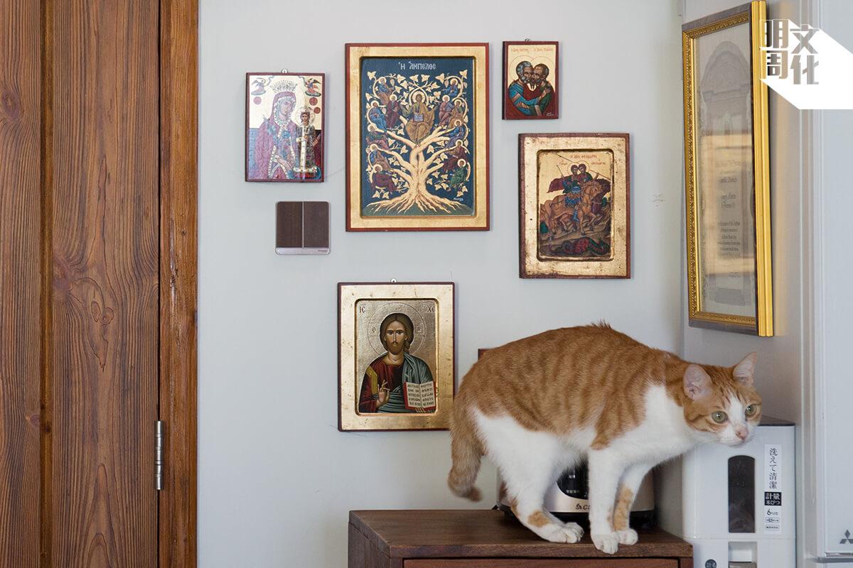 大門旁邊擺放了多張宗教相片,Edgar是虔誠天主教徒,Henry也因他成為教徒。