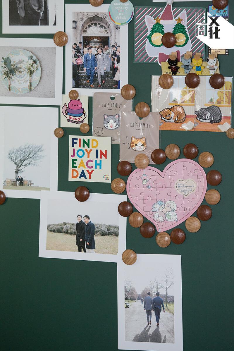 不少人會將結婚相簿放在牀下底, 他們的相簿就放在客廳儲物櫃, 還將相片貼滿櫃旁。