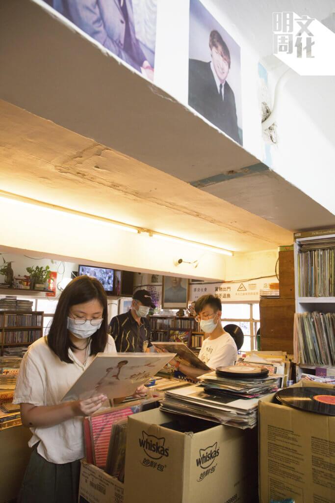 逛黑膠唱片店,是後生老餅的指定動作,若不是趕時間,他們可以在這裏待一整天,樂而忘返。